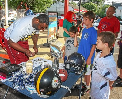 Rian Wallace signs autographs for future PAL football players at the Rita's Water Ice in Pottstown. Photo by Kevin Hoffman, The Mercury